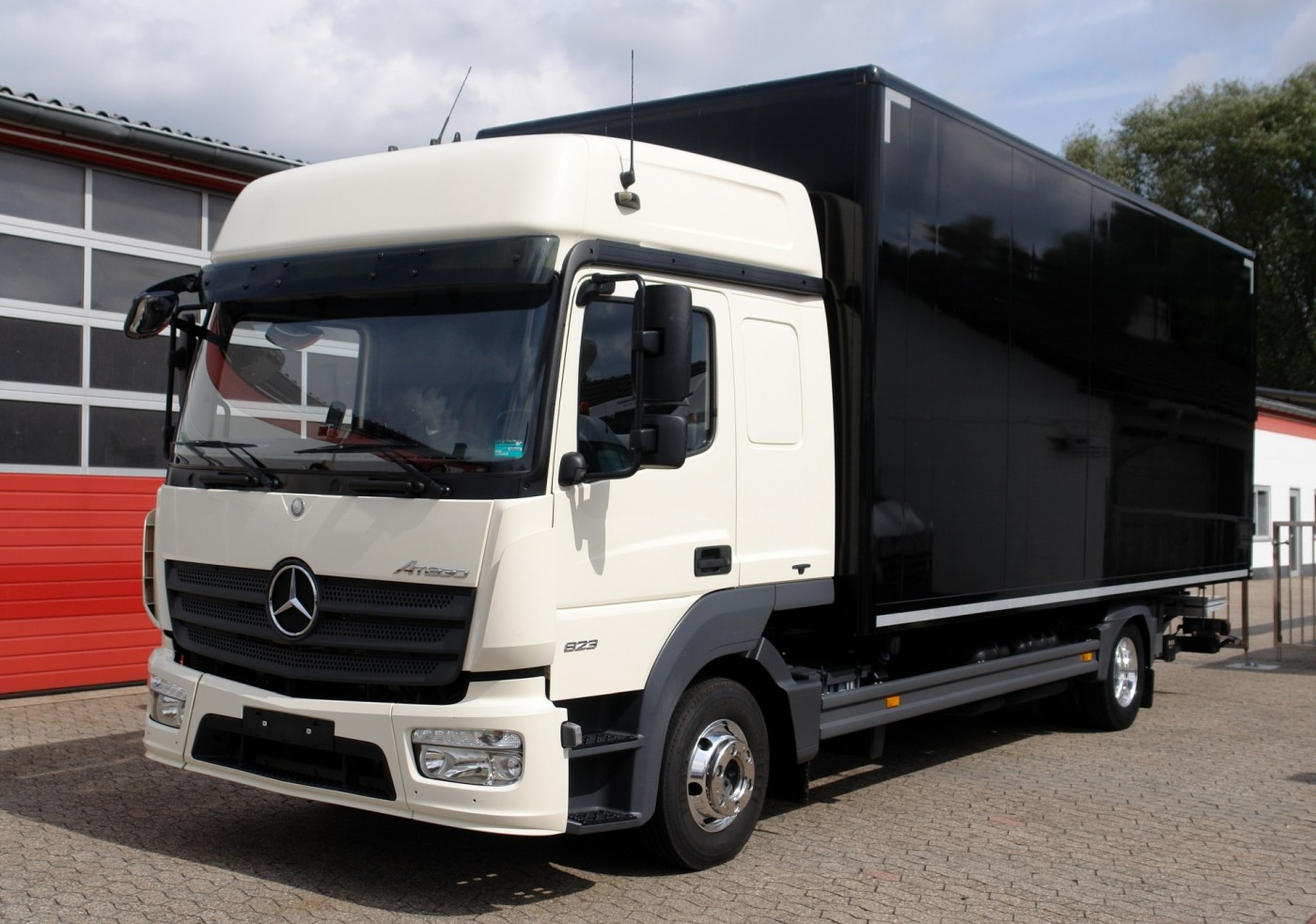 Mercedes-Benz - Atego 823L closed box 6,40m BigSpace cabin airco liftgate EURO6 new TÜV!